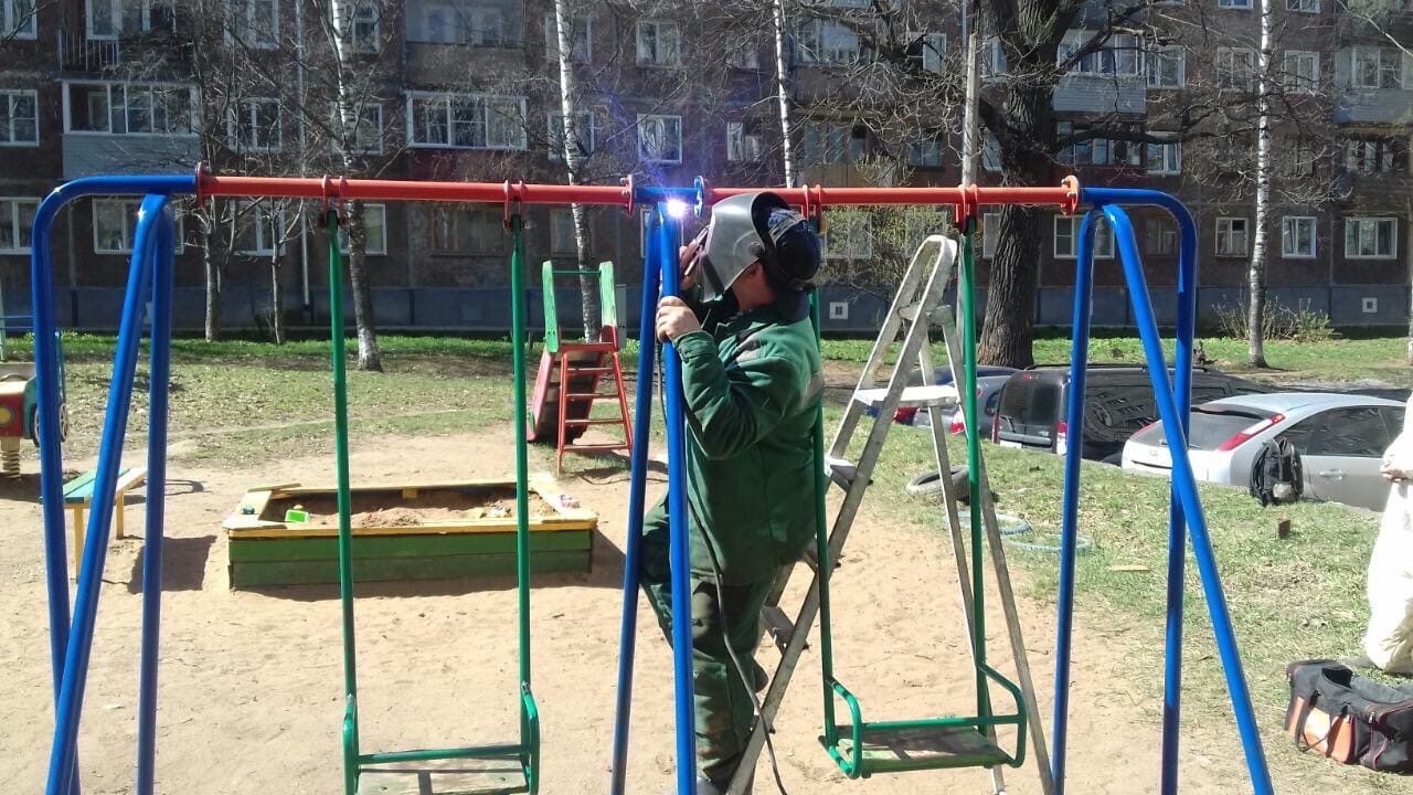 Ул. К. Либкнехта, 37. Ремонт качели на