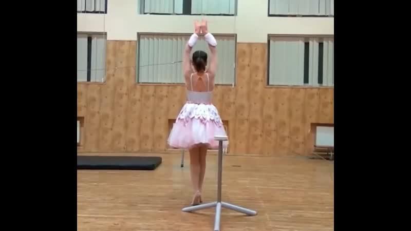 Балерина танцует