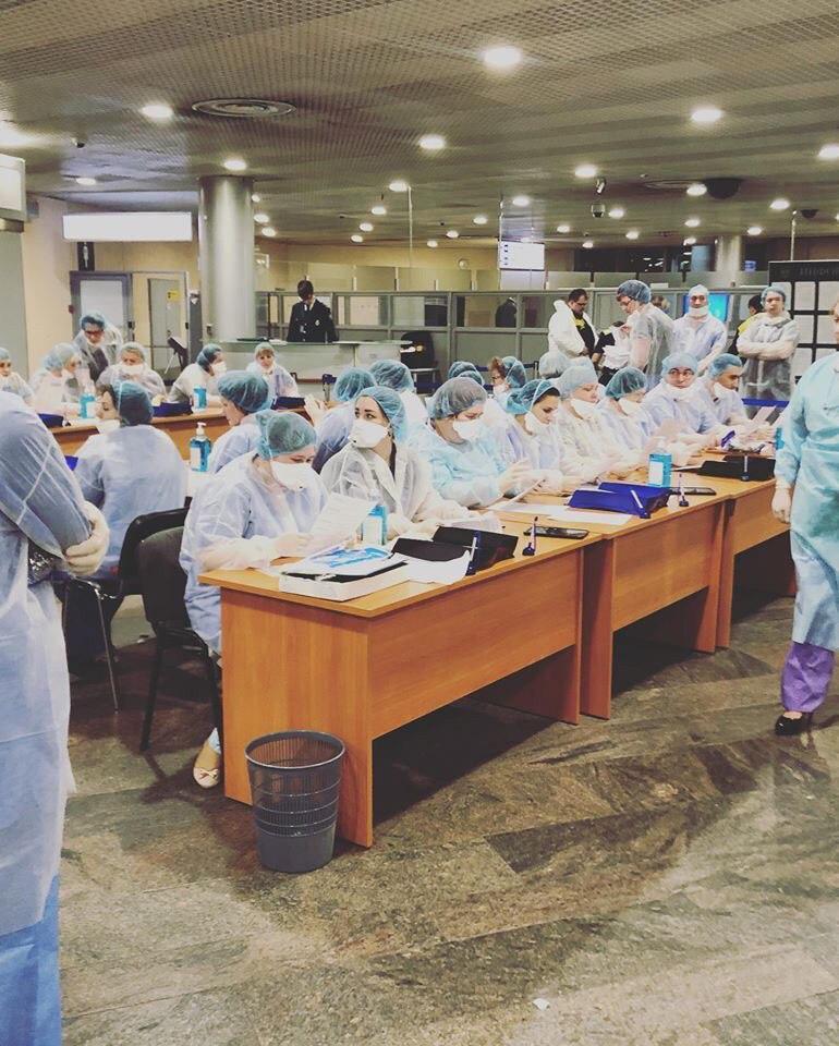 Спецбригада московских врачей, которая принимает рейсы из Китая
