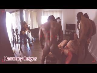 Стройная девушка снимает на камеру негритянский гэнг-бэнг с жирными тётками. cfnm, public sex, voyeur, backstage porn gang bang