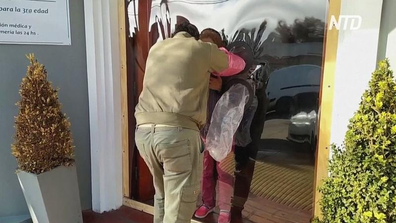 В аргентинском доме престарелых сделали перегородку для объятий