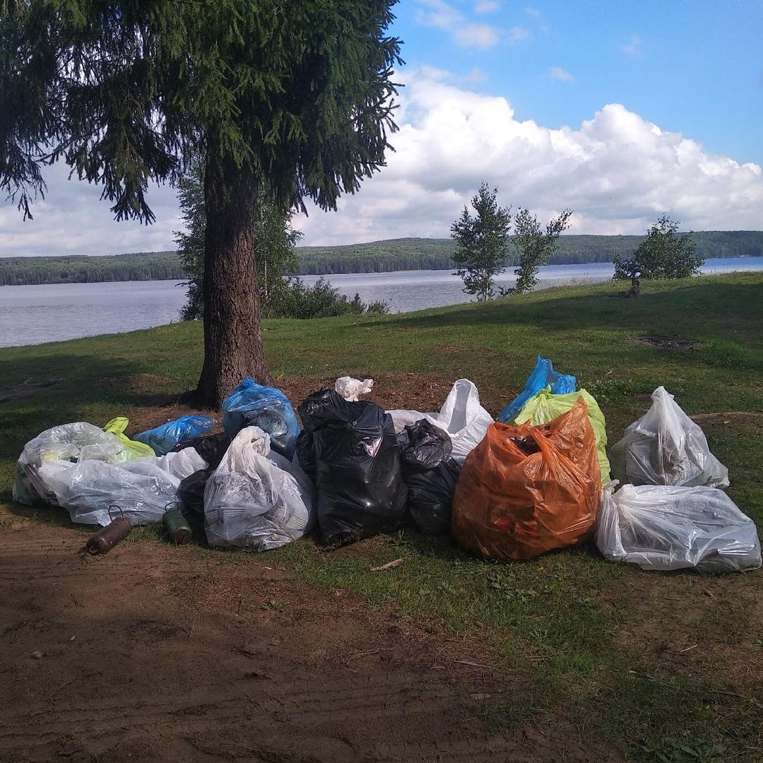 Уборкой мусора на берегах Красной речки, Чайковский, 2020 год