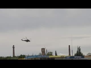 Маневры военного вертолета в небе над Джанкоем