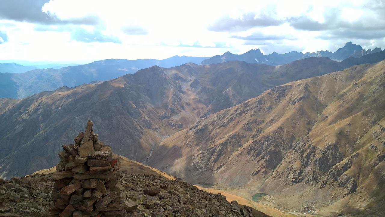 пастушеская стоянка в горной долине