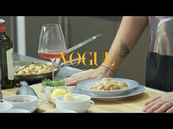 Vogue Kitchen шеф-повар Вова Ташаев готовит ньокки с креветками
