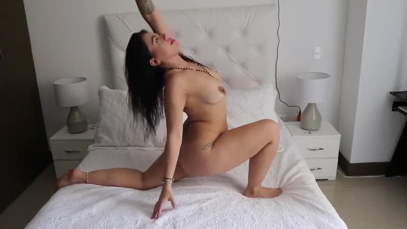Совершенно голая VaneYOGA Vanessa Vales