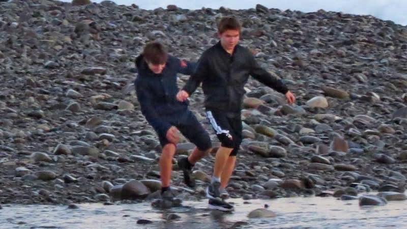 В Сочи во время шторма унесло в море двух школьников