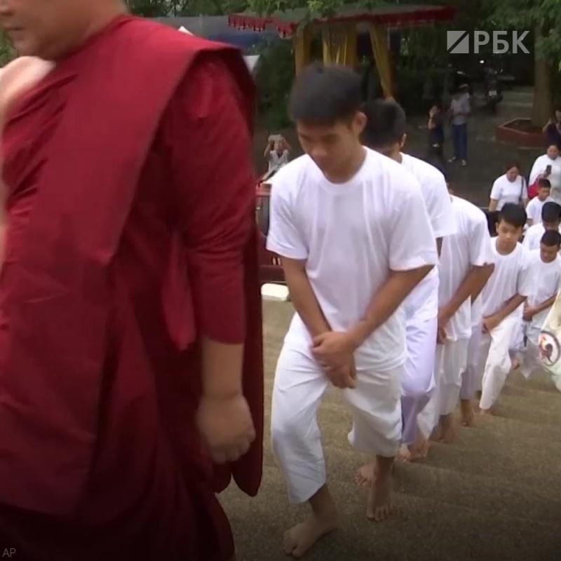 Подростков, спасенных из тайской пещеры, постригли в монахи