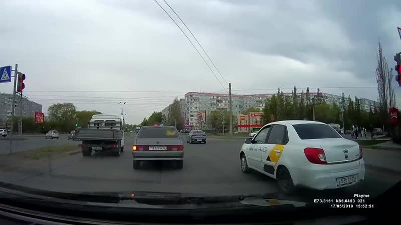 Неопределившийся таксист на пр Королева 17 05 2019