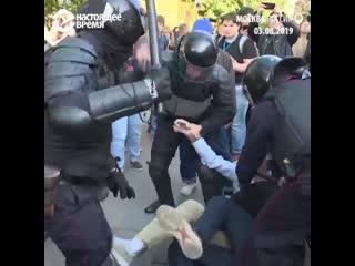Человек мирно гулял на улице, полицейские его избили NR