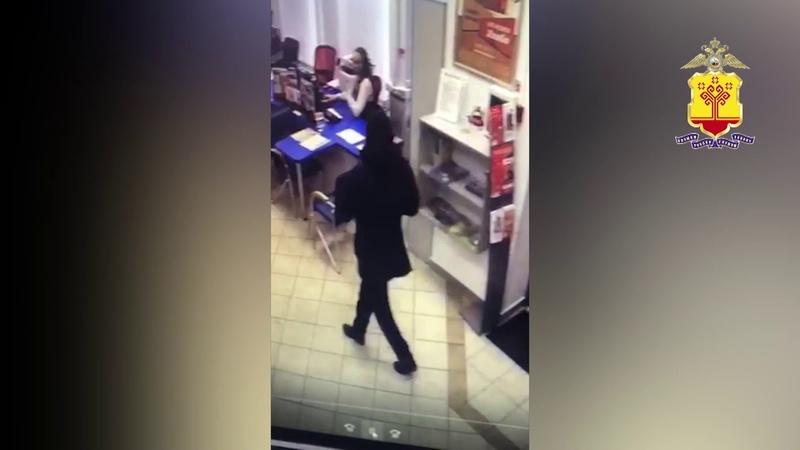 В Чебоксарах неизвестный попытался ограбить отделение банка, угрожая кассиру ножом