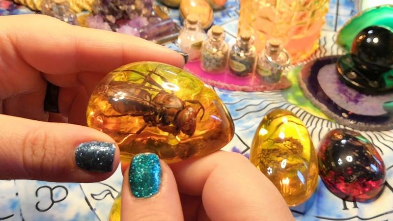 Насекомые в янтаре срезы агата кольца натуральные камни и колода таро в стране чудес