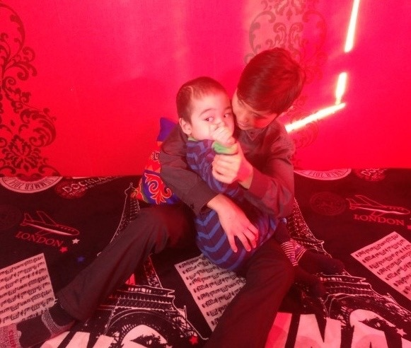 В Казахстане школьники активно травят 12-летнего парня, который делает ногти местным девушкам Как говорит сам парень, ему нужны деньги на лечение 6-летнего брата, поэтому он решил взяться за то,
