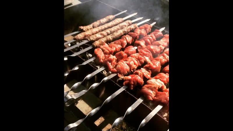 Процесс приготовления мяса на углях🔥Все самое вкусное и свежее для вас наши дорогие клиенты 🥩🥰