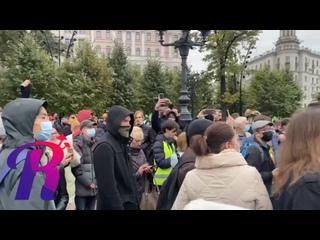 👥 Собравшиеся в это время скандируют «Навальный!»,...