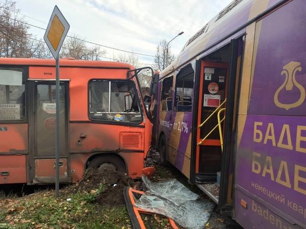 18 человек пострадали при столкновении грузовика и...