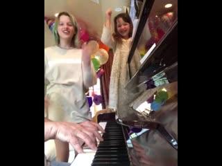Дочери Миллы Йовович спели детскую песенку Антошка