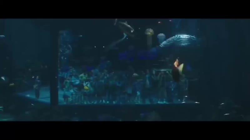 Артур успокоил акулу Аквамен 2018