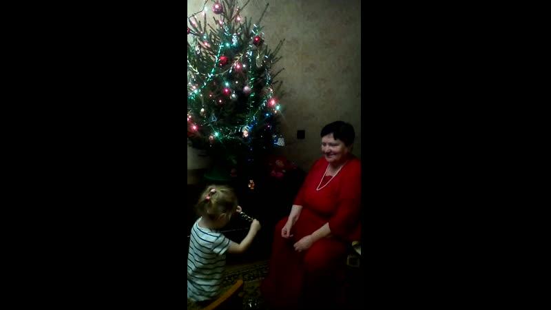 любимая внучка наряжает ёлку
