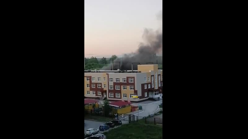 На МЖК около дома на улице Высоцкого, 523 загорелось заброшенное здание (часть 2)