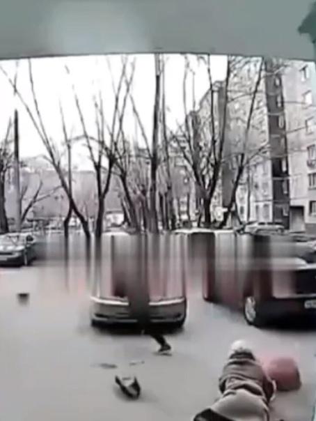 В Челябинске мужчина подкараулил 50-летнюю женщину возле подъезда, после чего набросился на нее и забрал сумку, где находилось 12 тысяч рублей Написано заявление. Преступника